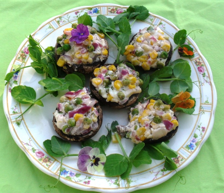 Brown mushrooms stuffed with peas, corn and cottage cheese mushrooms met ertjies 1