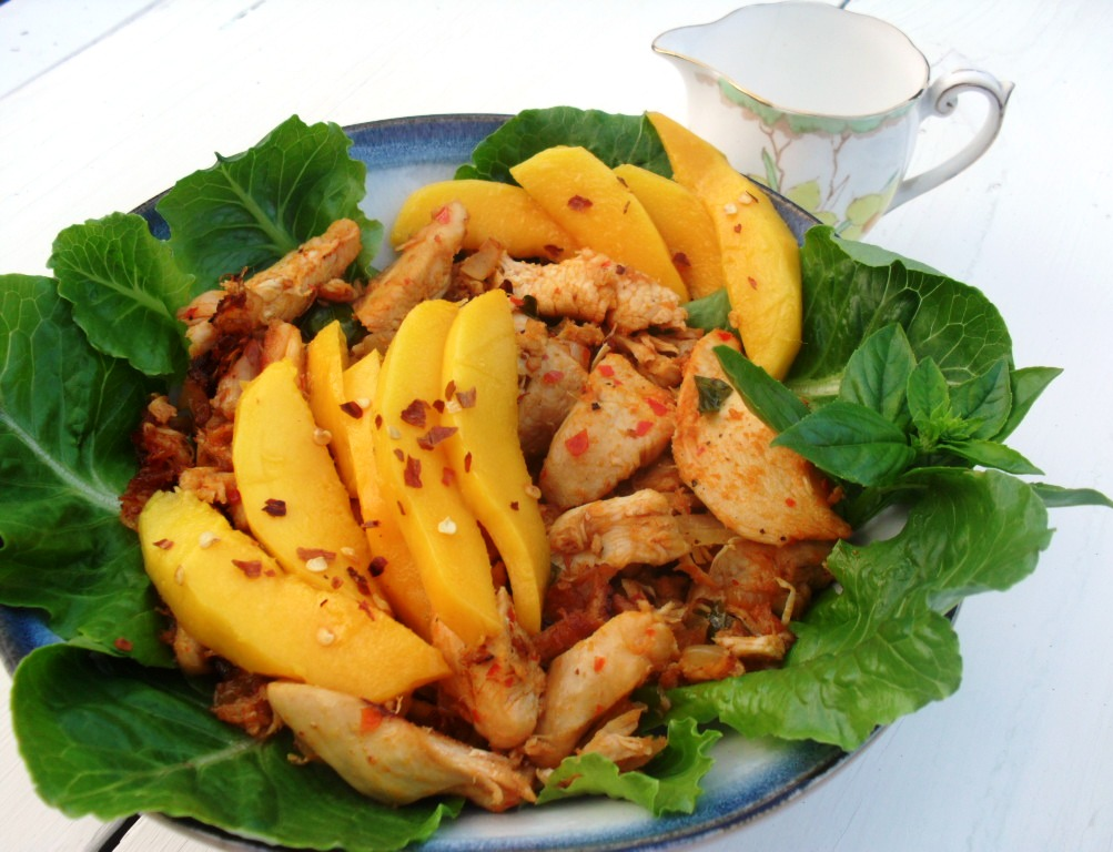 Salad with spicey chicken and mangoes