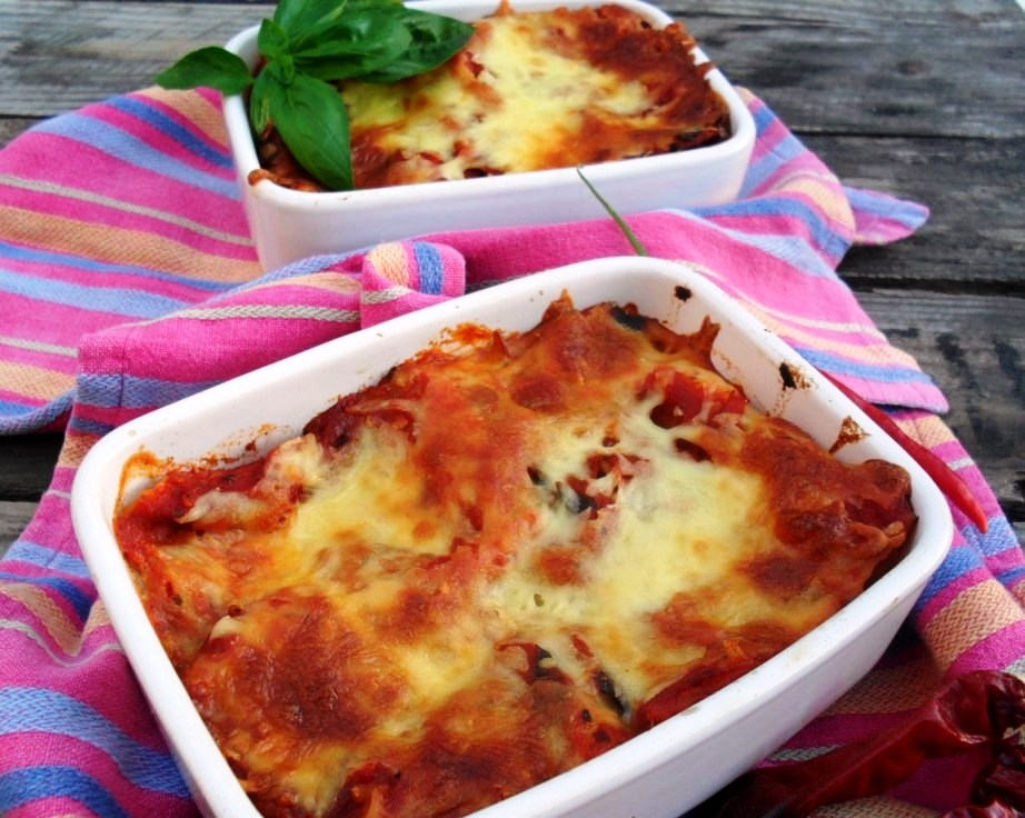 Lasagne rolls with chorizo and cottage cheese