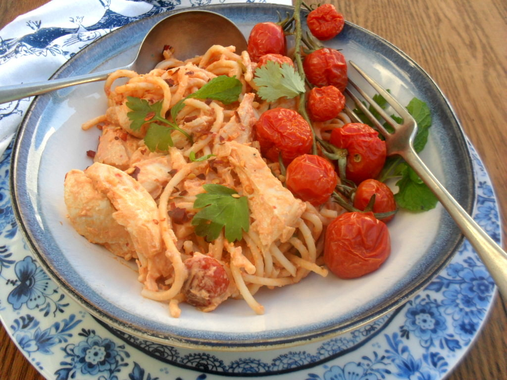 spaghetti with a herby chicken and tomato sauce
