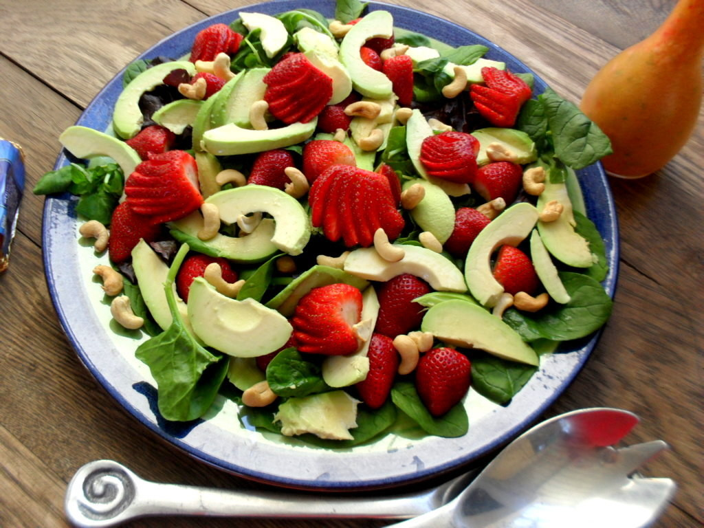 Salad with strawberries and avocadoes